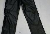 pantalone nero in pelle con lacci