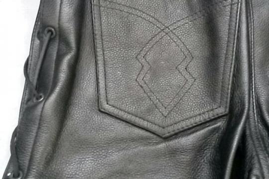 Accessori moto: pantalone nero in pelle con lacci